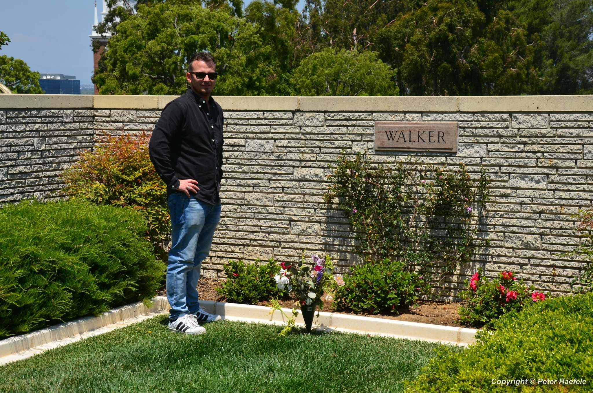 Roadtrip USA - Forest Lawn Memorial Park, Los Angeles - Paul Walker's Grave