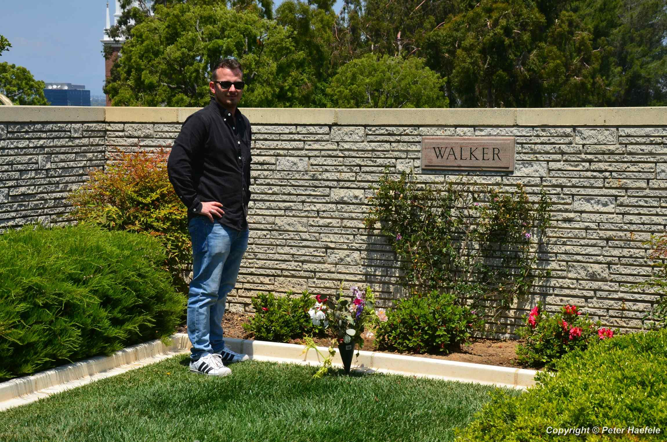 Visiting the grave of Paul Walker - Forest Lawn Hollywood Hills - © Peter Haefele Fotografie